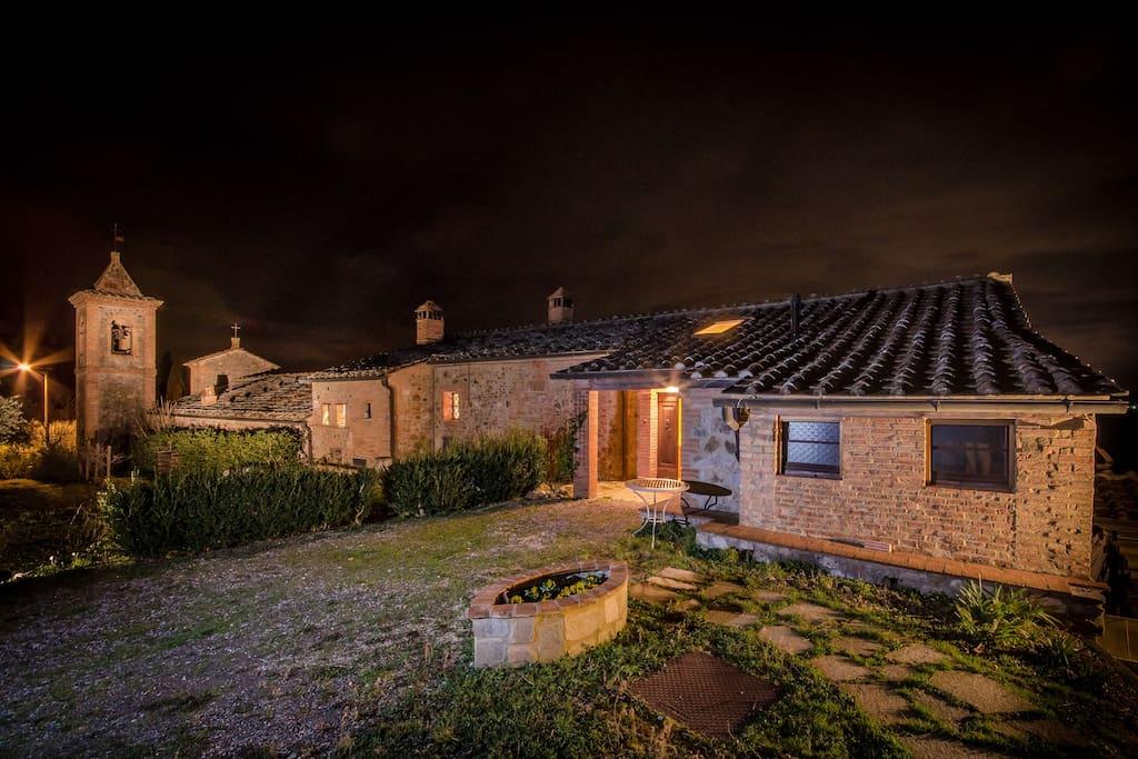 Vista noturna della casa