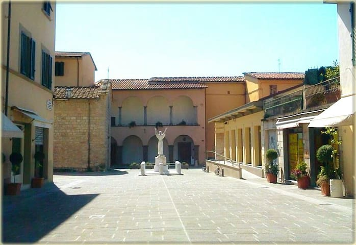 Exploring Camaiore: Piazza Diaz, just outside the flat