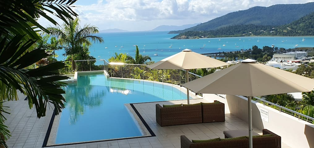 OCEAN VIEW AIRLIE APARTMENT WITH SWIMMING POOL