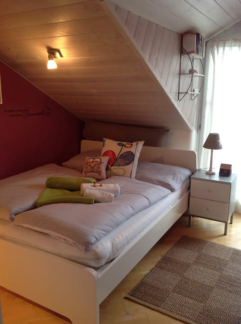 Privates Zimmer mit Balkon und separatem Bad.