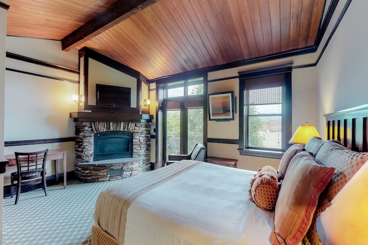 Romantic spa tub room w/ private balcony & downtown views!