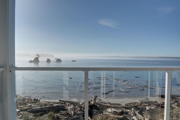 Enjoy the Oregon Coast from this bay front 3rd floor condo on the Siletz Bay!