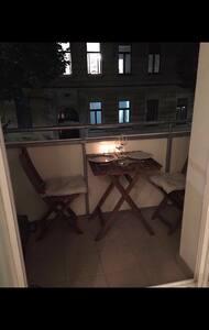 Schönes zentrales Zimmer mit Balkon - 维也纳 - 公寓