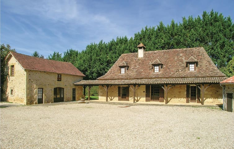 Holiday cottage with 7 bedrooms on 245 m² in Cendrieux
