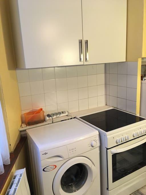 Lave-linge, cuisinière électrique four à pyrolyse, comprend également frigo, aspirateur, fer/table à repasser