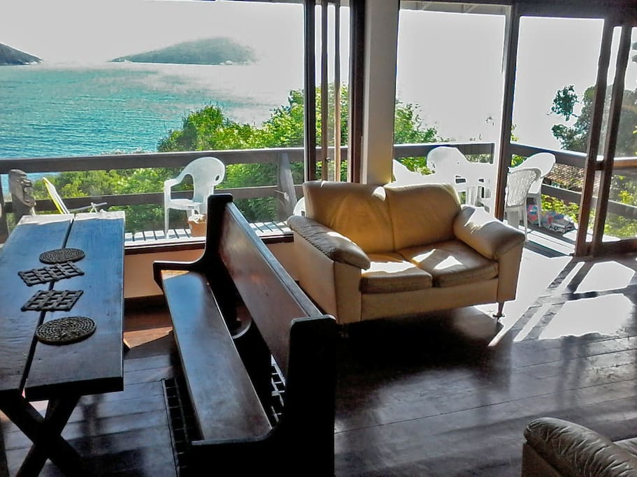 Sala e deck de frente para o mar