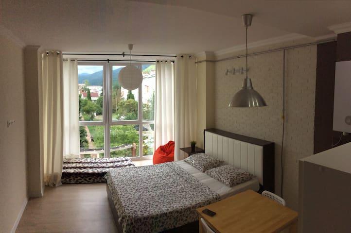 Уютная студия у моря с кухней и видом на горы. - Nebug - Apartment