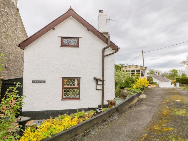THE COTTAGE, pet friendly, with open fire in Marian-Glas, Ref 965796