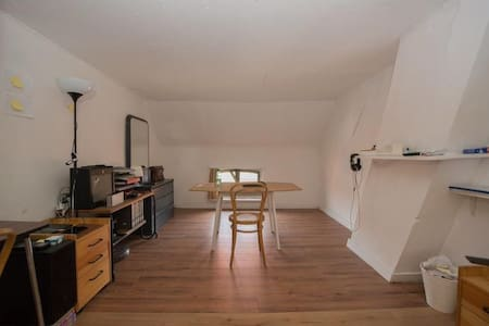 Cosy room in attic space in spacious house - Oost-Vlaanderen
