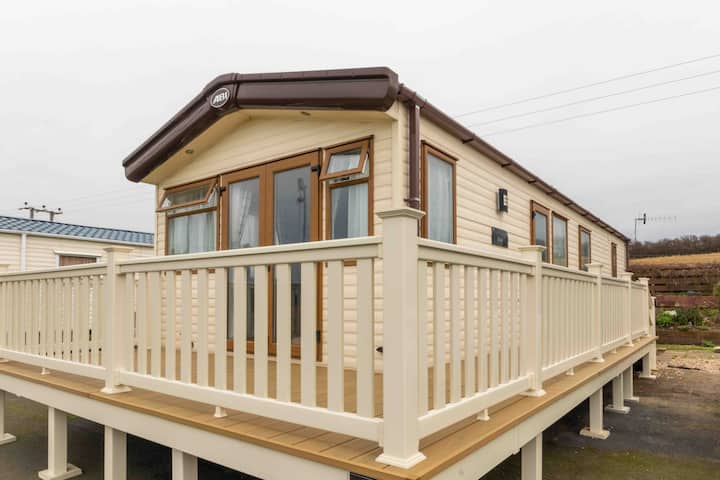 Lovely luxury caravan with decking and sea view