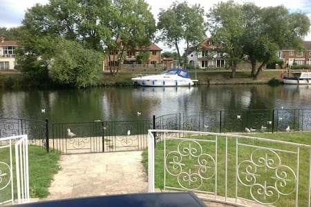 Charming bungalow river front - chertsey