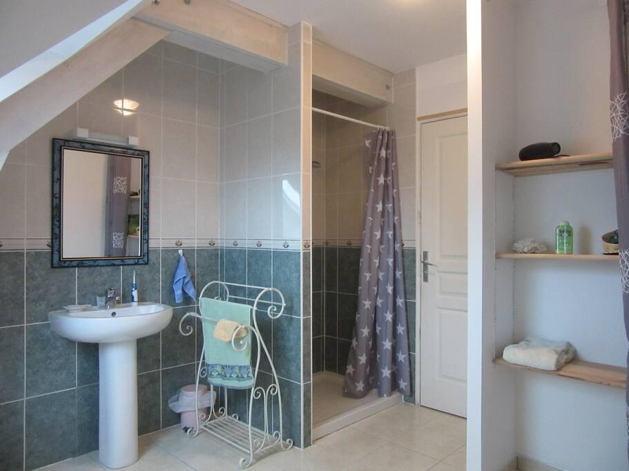 Salle de bain commune aux locataires.