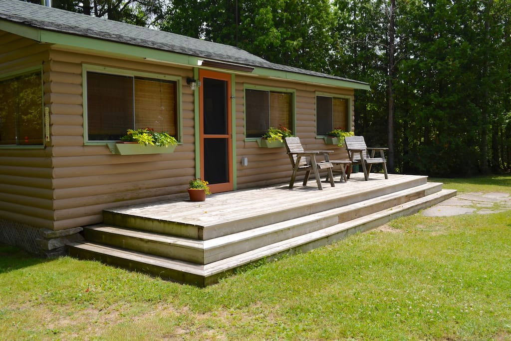 Four season one bedroom cabin on the shores of Lake Huron, on the Bruce Peninsula.