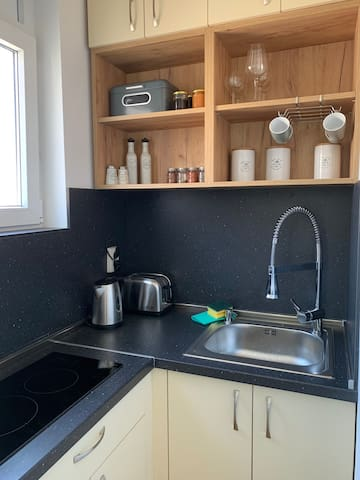 Small kitchenette - fully equipped.