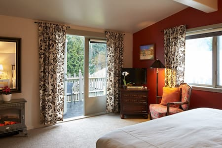 Spacious Balcony Room in the heart of Ganges - Salt Spring Island - Bed & Breakfast