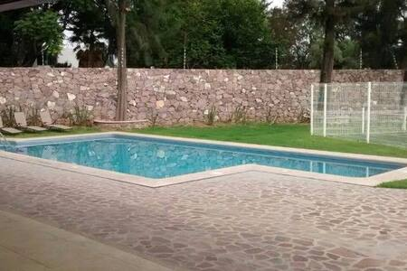 Casa completa en residencial / Albercas. - León