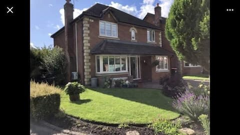 Lovely spacious home easy access to Manchester
