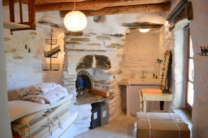 Andros hut : a cute stone shelter in Katakalei