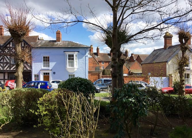 Historic home opposite the Castle - Ludlow - Adosado
