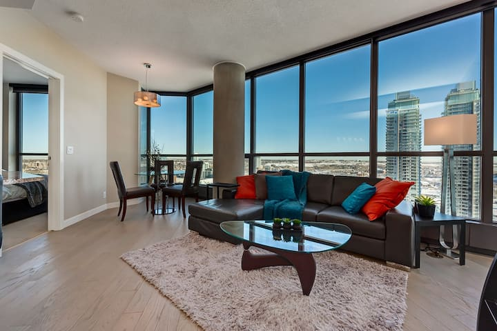 A Quiet 2 Bed Penthouse Downtown In the Clouds