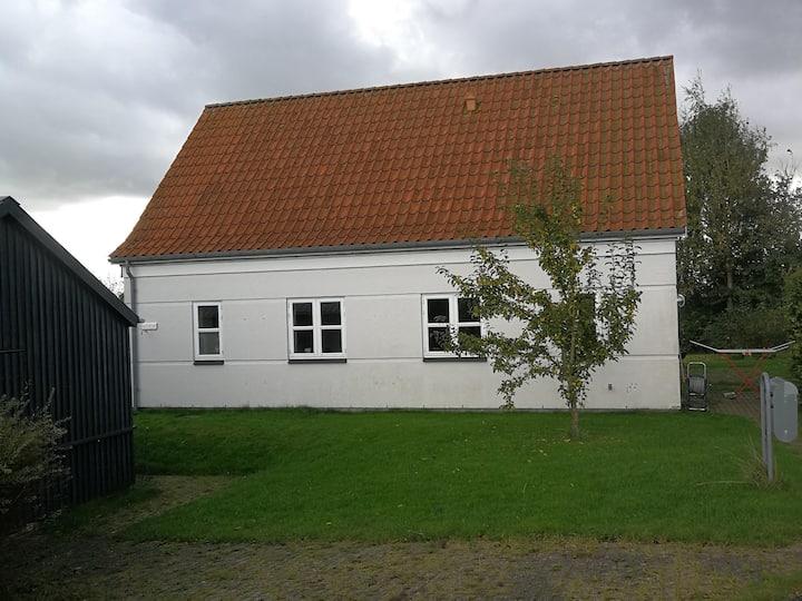 To værelser og en stue. Tæt på Aalborg