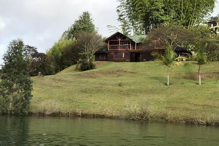 Hermosa Cabaña tipo chalet al lado del lago