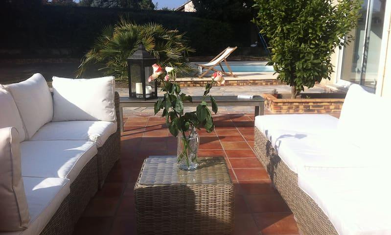 Villa spacieuse, piscine et jardin - Castries - Rumah