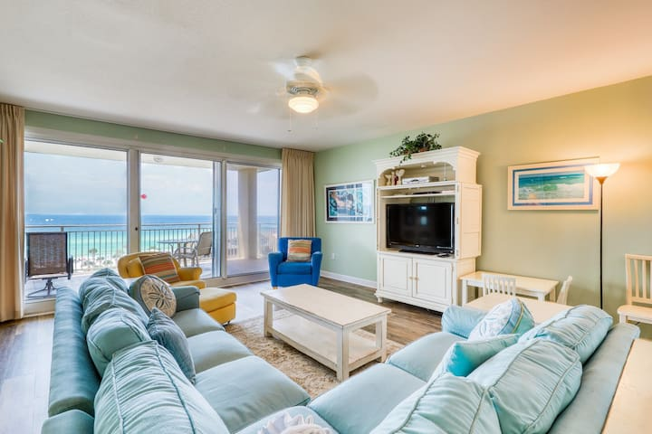 Beachfront condo w/ private balcony & water views - shared pool, gym & grills!