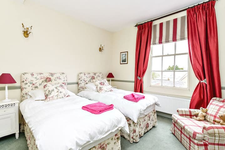 Large twin room in a Georgian home - Kirby Muxloe - Bed & Breakfast