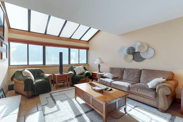 Updated penthouse condo w/ views, shared hot tub - walk to slopes!