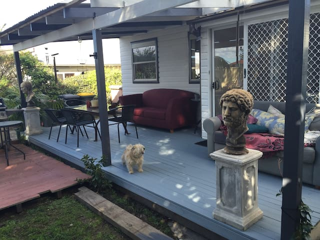 Caravan at rear of old beach house - East Corrimal - Autocaravana