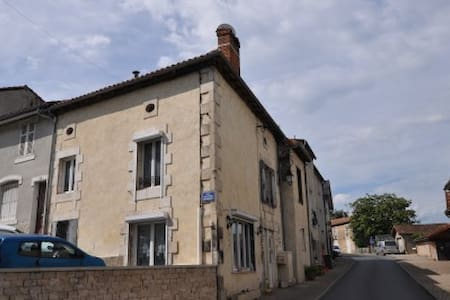 La Maison Au Coin Swiss Room - Le Vigeant - Bed & Breakfast