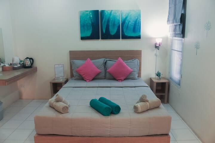 7min to beach, Queen Room w SharedBathroom,Pool+BF