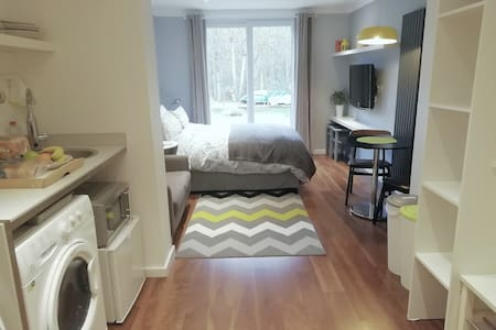 Self Contained Modern Studio nr Manchester Airport