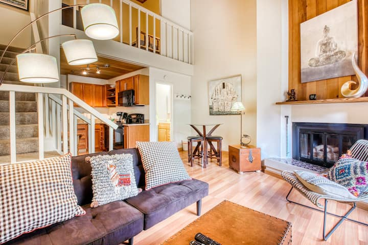 Cozy condo w/access to shared pool, hot tub, sauna, & tennis court!