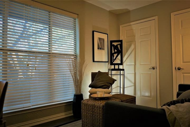 Professionally decorated 2BR apt in Great Location