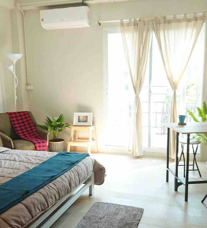 Sunny studio with queen bed, A/C & balcony