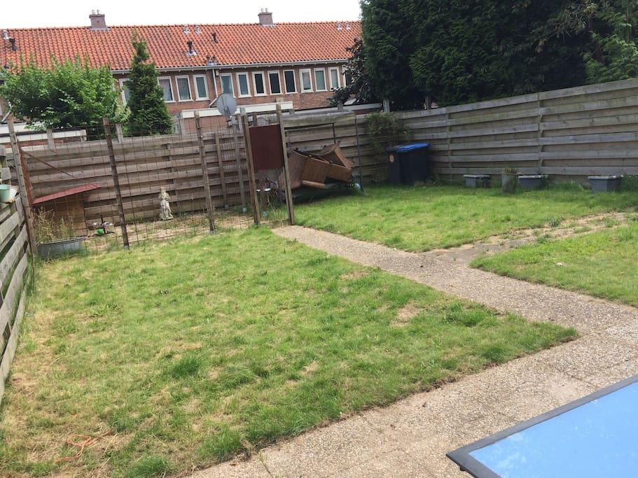 Ruime tuin met hondenhok