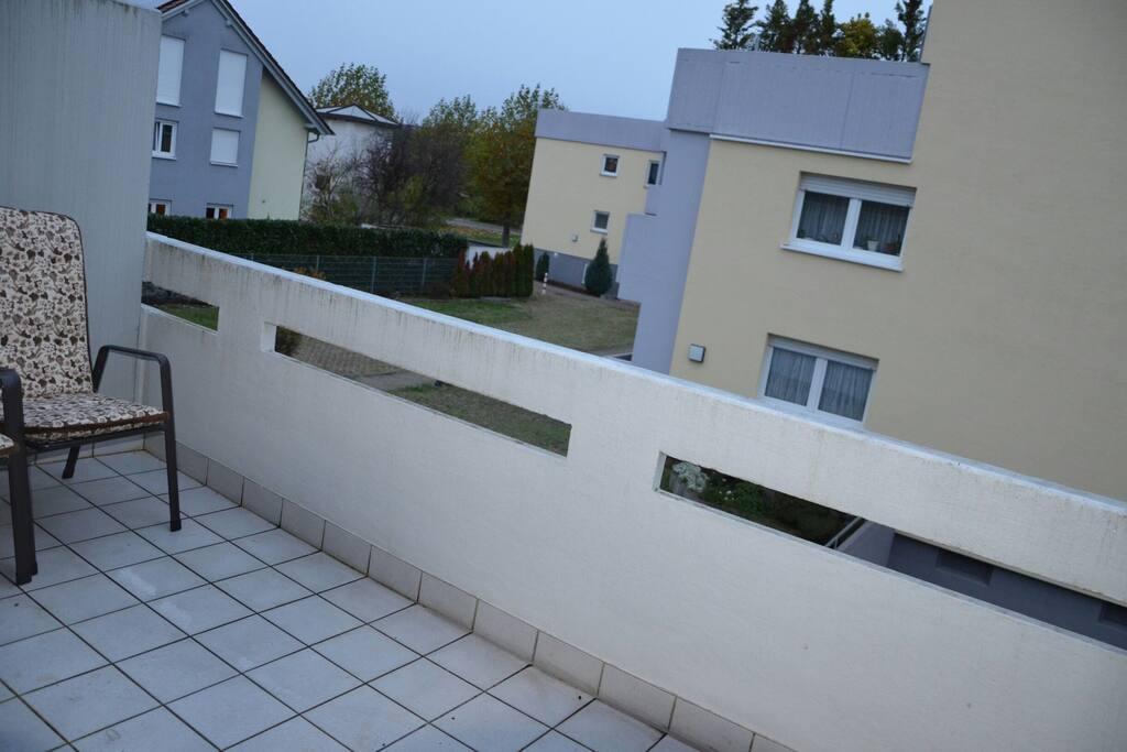 Balkon mit Aussicht in den Hof