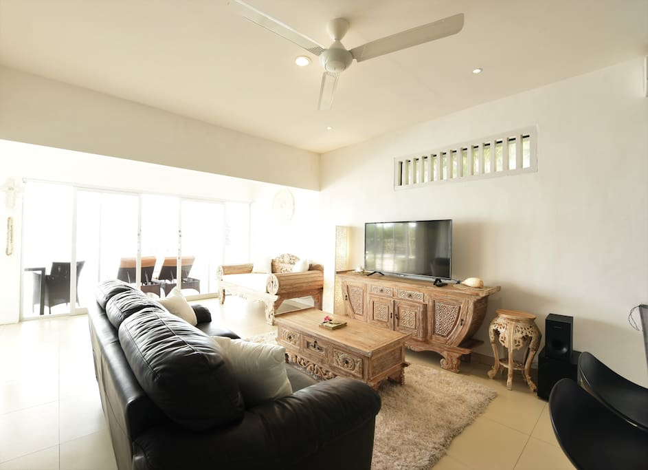 Comfortable lounge with views to Ocean...satellite TV & wifi