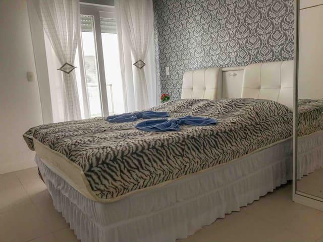 Suite com ar condicionado quente e frio, roupa de cama, toalhas, sabonete e shampoo inclusos.