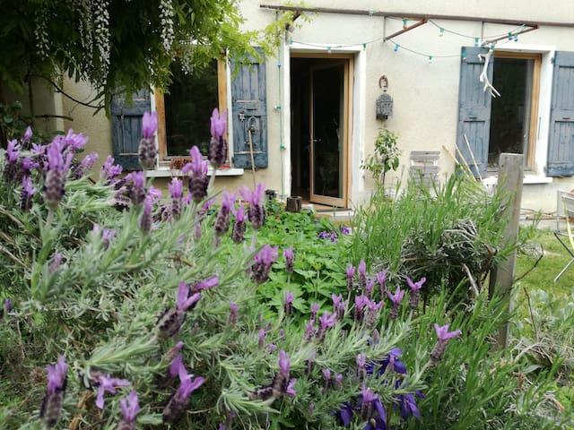 Chambre calme avec vue sur jardin