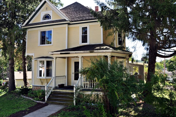Cozy Room in Spacious House - Quiet Downtown Lodi