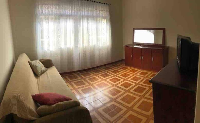 Sala com Tv 29 polegadas e sofá cama p 2 pessoas.