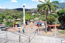 Estación Poblado, acceso al sistema de transporte masivo Metro (Linea A), Ubicado a 2.4 km de distancia.