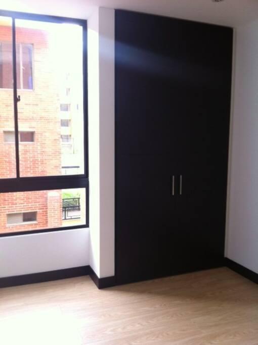 Una muy buena entrada de luz a los cuartos y amplios armarios.