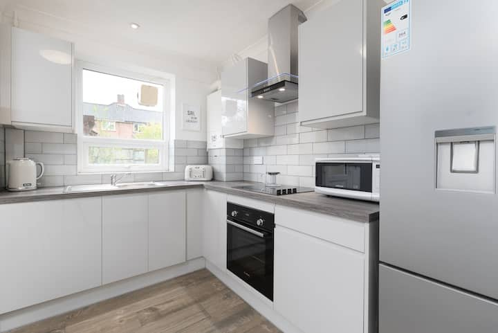 Upgraded 5 Bed, Within 2 miles to City Centre