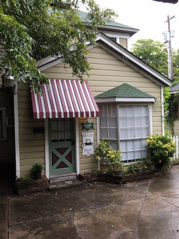 Cute Cottage Historic One Bedroom