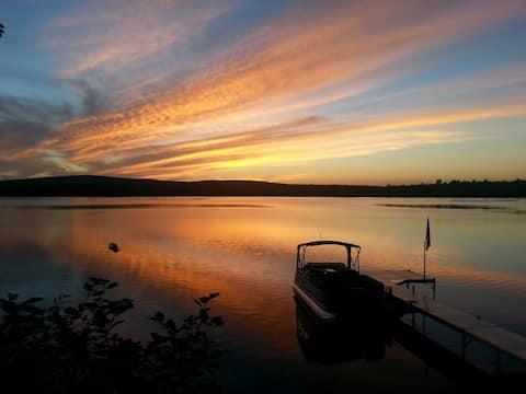 Amazing sunsets, waterfront getaway accomodates 6