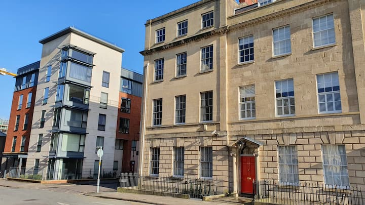 Huge City Centre Apartment with Parking - sleeps 8